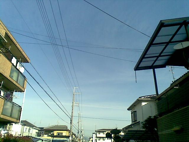 こんなに空は青いのに